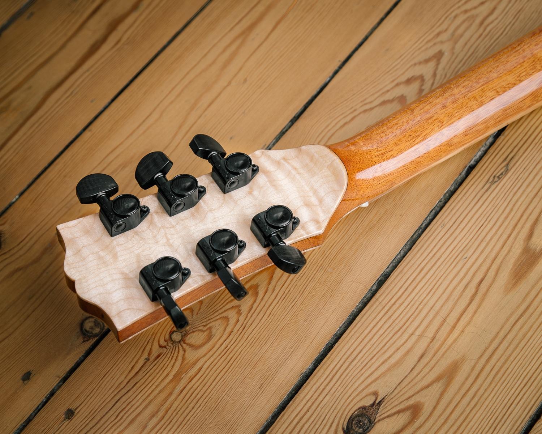 Guitare électrique - Gibson Les Paul - Luthier - Détail placage de tête érable ondé