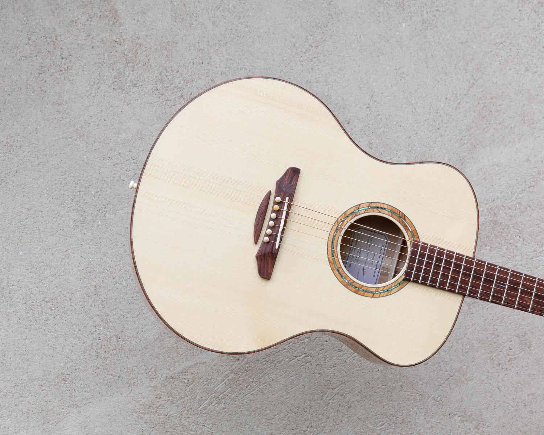 Guitare acoustique - Guitare folk - Détail de la table et du chevalet en 2 parties