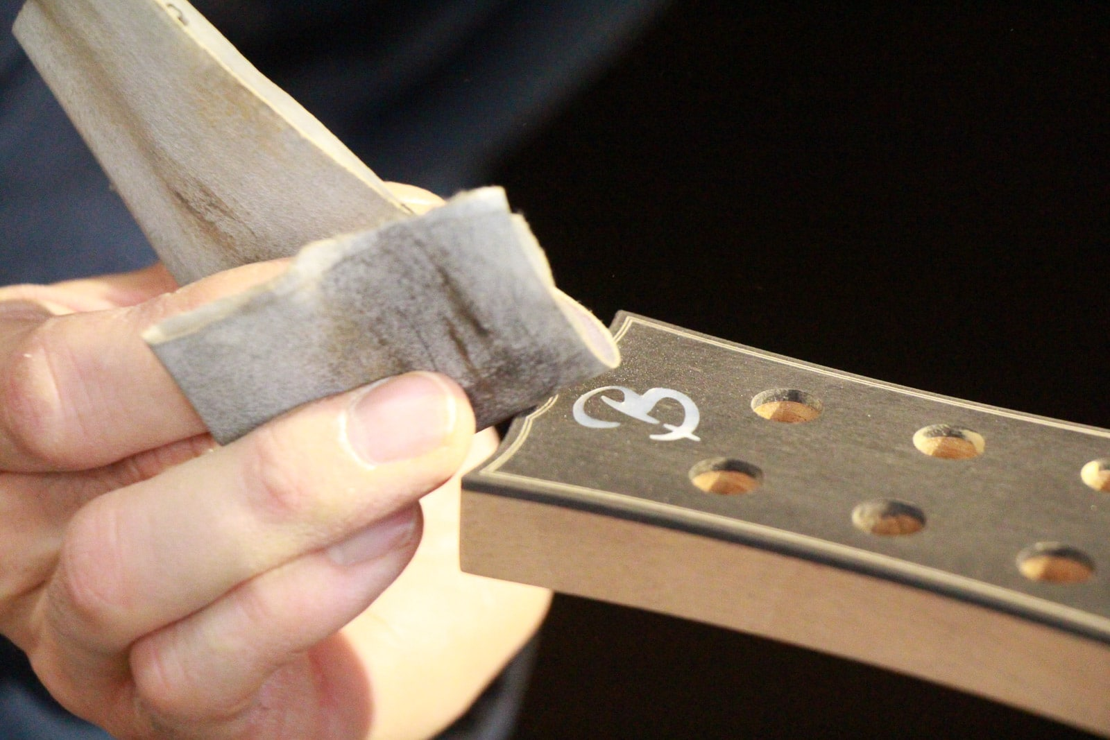 Ponçage tête de guitare - formation luthier